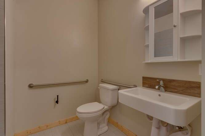 3000-W-Lake-Blvd-Tahoe-City-CA-small-016-005-1-Bedroom-Apartment-Bathroom-666x445-72dpi.jpg-nggid044168-ngg0dyn-666x444x60-00f0w010c010r110f110r010t010