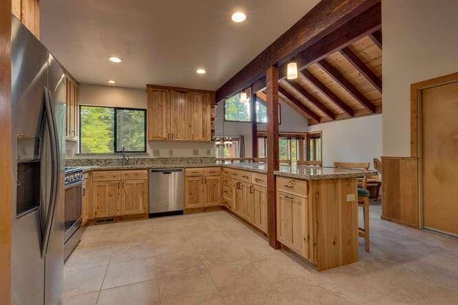 6498-Wildwood-Rd-Tahoe-Vista-small-006-007-Kitchen-666x445-72dpi.jpg-nggid044250-ngg0dyn-666x444x60-00f0w010c010r110f110r010t010