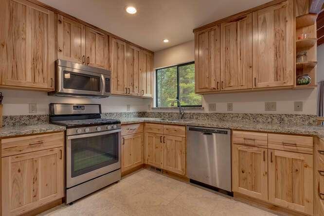 6498-Wildwood-Rd-Tahoe-Vista-small-007-004-Kitchen-666x444-72dpi.jpg-nggid044257-ngg0dyn-666x444x60-00f0w010c010r110f110r010t010