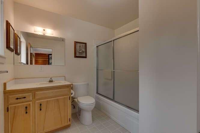 6498-Wildwood-Rd-Tahoe-Vista-small-012-010-Primary-Bathroom-666x445-72dpi.jpg-nggid044255-ngg0dyn-666x444x60-00f0w010c010r110f110r010t010