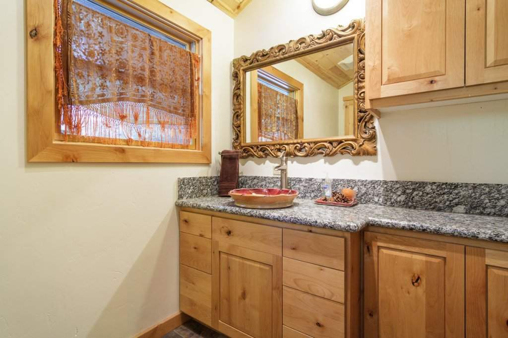 7001 Hilo Avenue | Guest Bathroom | Tahoma Real Estate