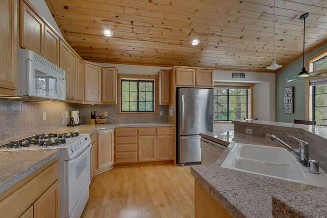 Beautiful and bright kitchen | 12259 Northwoods Blvd