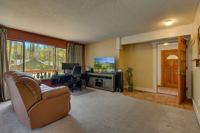10611-Ponderosa-Dr-Truckee-CA-small-008-006-Living-Room-666x445-72dpi