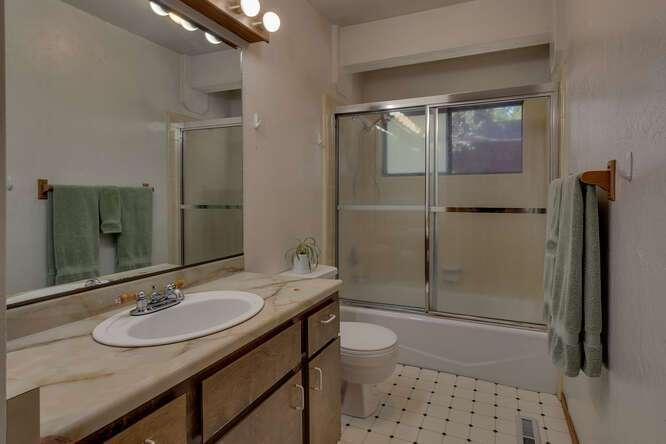 10611-Ponderosa-Dr-Truckee-CA-small-017-003-Bathroom-666x445-72dpi