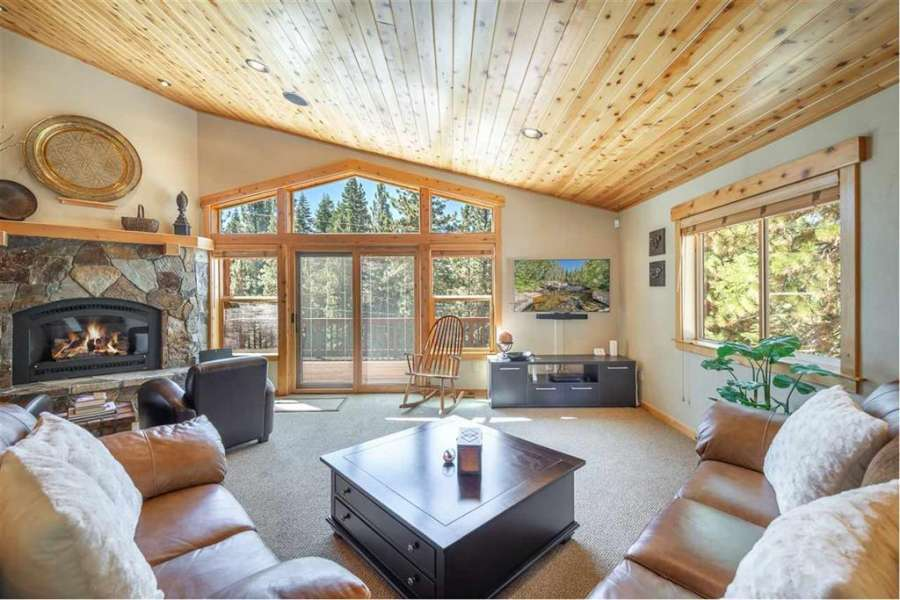 Gorgeous living room with vaulted ceilings | 13151 Mulebach Way