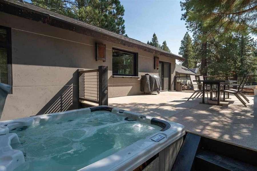 Hot tub off the back deck   Prosser Lakeview Estates home
