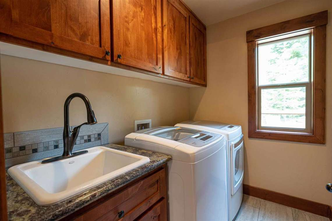 Truckee Real Estate  |  13988 Swiss Lane Truckee, CA | Laundry Room
