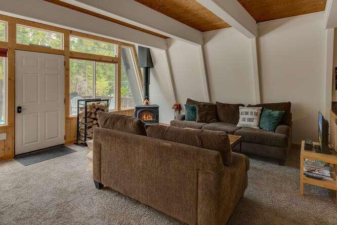 1575-W-Lake-Blvd-Tahoe-City-CA-small-005-004-Living-Room-666x444-72dpi.jpg-nggid044039-ngg0dyn-666x444x60-00f0w010c010r110f110r010t010