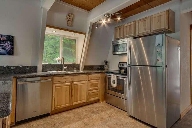 1575-W-Lake-Blvd-Tahoe-City-CA-small-007-008-Kitchen-666x444-72dpi.jpg-nggid044041-ngg0dyn-666x444x60-00f0w010c010r110f110r010t010