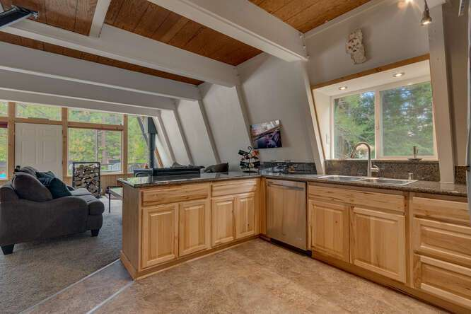 1575-W-Lake-Blvd-Tahoe-City-CA-small-008-016-Kitchen-666x444-72dpi.jpg-nggid044042-ngg0dyn-666x444x60-00f0w010c010r110f110r010t010