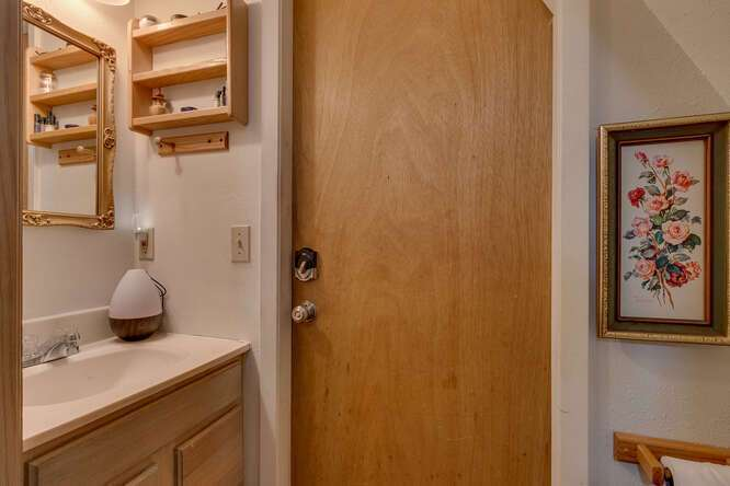 1575-W-Lake-Blvd-Tahoe-City-CA-small-021-005-Guest-House-Bathroom-666x444-72dpi.jpg-nggid044055-ngg0dyn-666x444x60-00f0w010c010r110f110r010t010